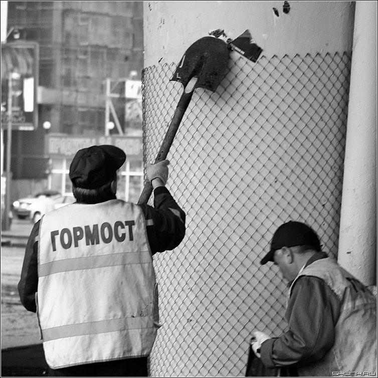 Про инструмент - лопата мост гормост дворники чернобелая квадрат фото фотосайт