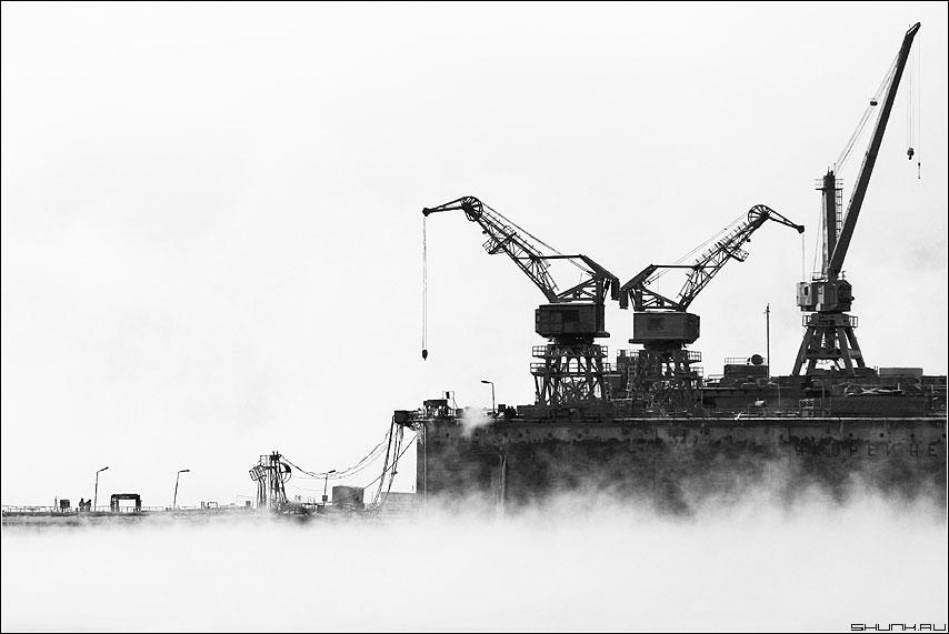...корабли в порту встречают - краны порт мурманск чернобелая фото фотосайт