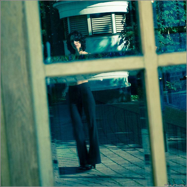 Загадочная - девушка отражение цвет рама окно стекло эрмитаж фотопрогулка квадрат фото фотосайт