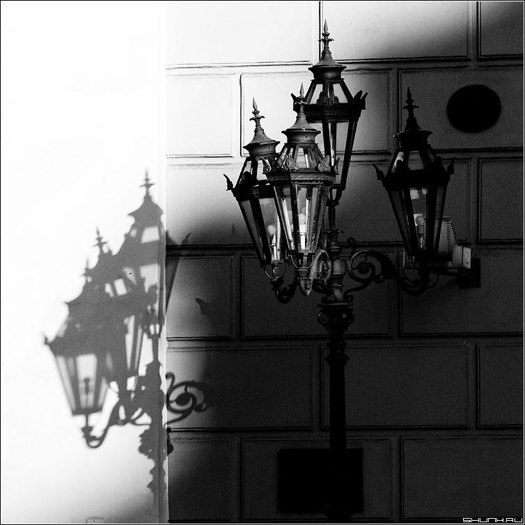 Волшебный Фонарь - фонарь тень здание стена черное белое квадрат фото фотосайт