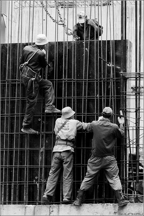 Строители - стройка строитель арматура чернобелая фото фотосайт