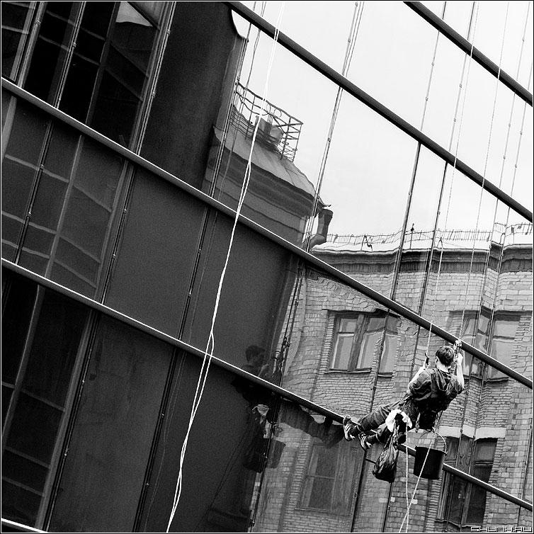 Альпинизм с отражением - мойщик окно стекло стена отражение чернобелая квадратная фото фотосайт