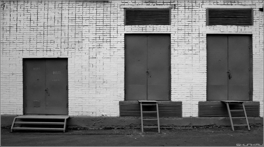 Предрассудок дверей и лестниц - дверь ворота лестница черное белое архитектура кирпичи фото фотосайт