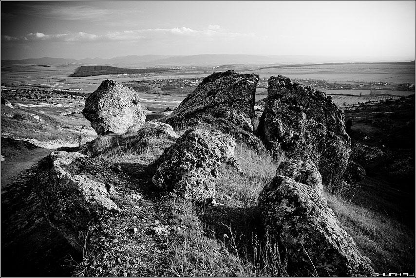 Древние клыки - крым чернобелая белая скала камни фото фотосайт