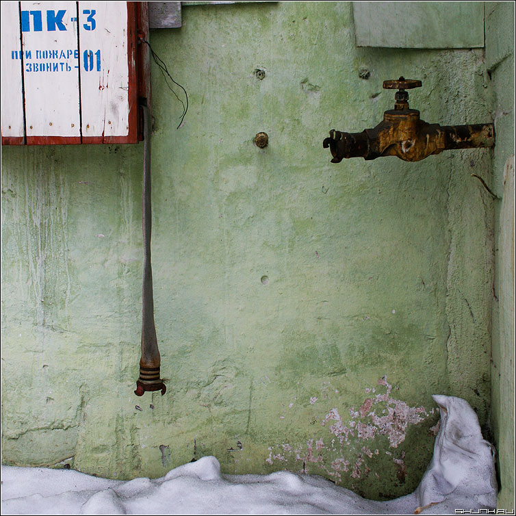 Нестыковочка - шланг кран пожар стена труба квадрат фото фотосайт
