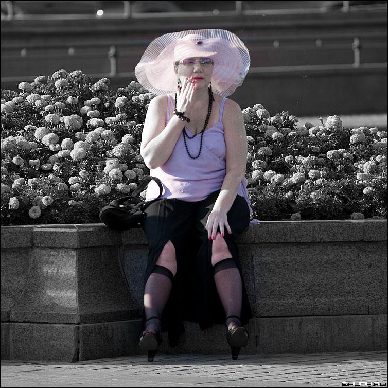 О розовом - бабушка женщина квадрат сигарета шляпа палитра розовый фото фотосайт