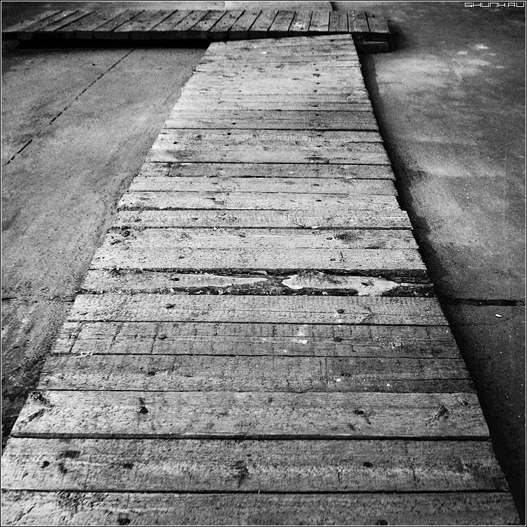 Поворот - дорога настил чернобелая квадрат чб дерево фото фотосайт