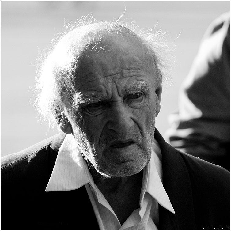 Портрет сделанный на нулевом километре - дедушка портрет чернобелое квадрат седовласый фото фотосайт