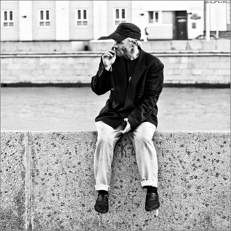 Про человека на набережной - человек набережная чернобелая квадрат нос рука фото фотосайт