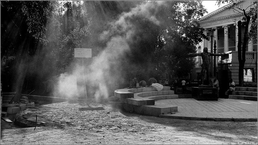 Не поставят мне памятник в сквере... - памятник чб высоцкий пыль свет бульвар фото фотосайт