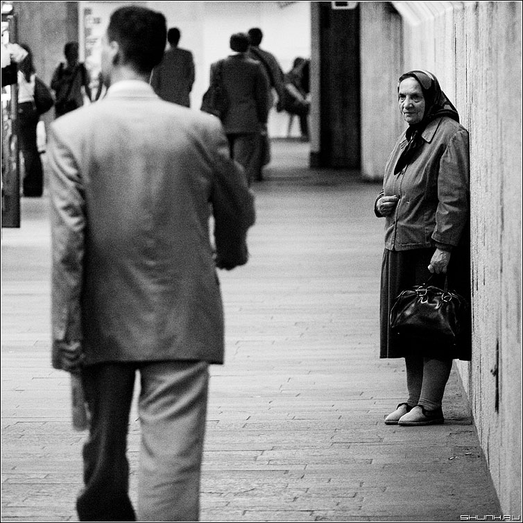 Равнодушие - бабушка переход мужчина милостыня чб квадрат фото фотосайт