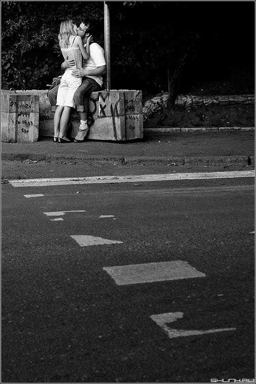 У перехода - он она парочка переход тротуар поцелуй чб фото фотосайт