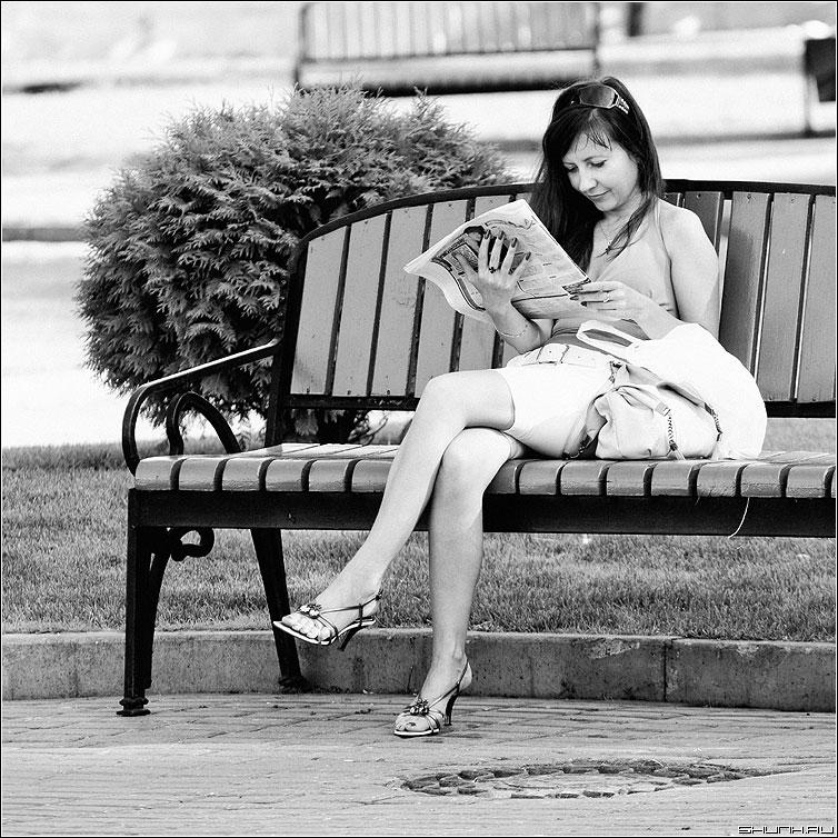 Она читала газету... - девушка лавочка эрмитаж чб квадрат фото фотосайт