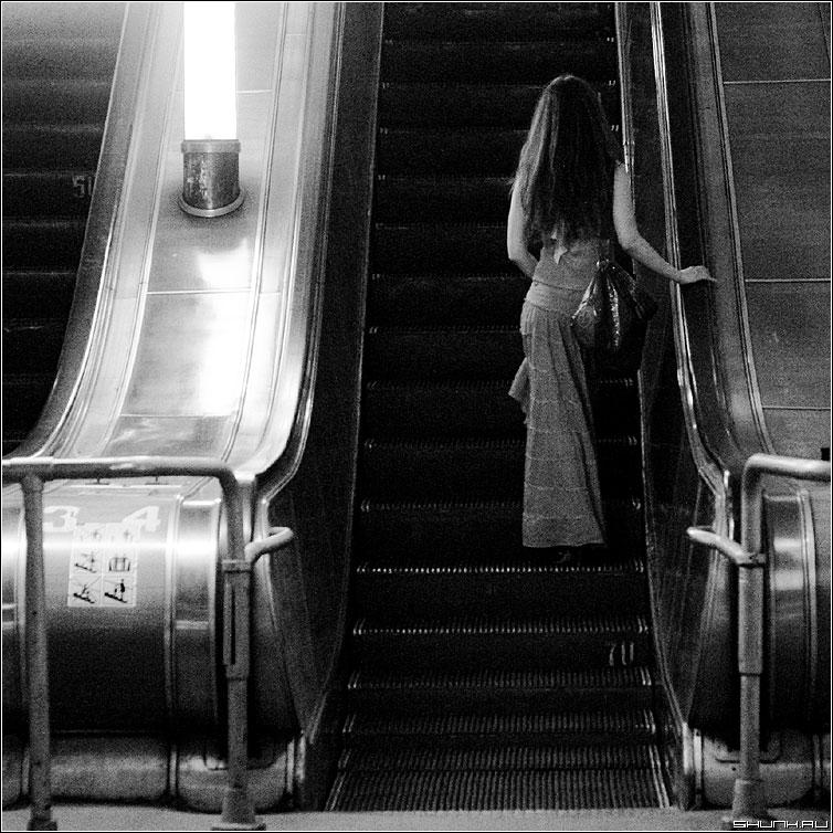 Она просто уехала... - метро она девушка эскалатор квадрат чб фото фотосайт