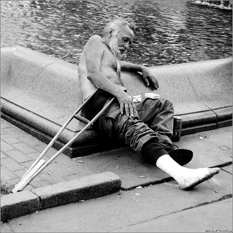 У фонтана - старик костыли сигареты чб бомж квадрат фото фотосайт