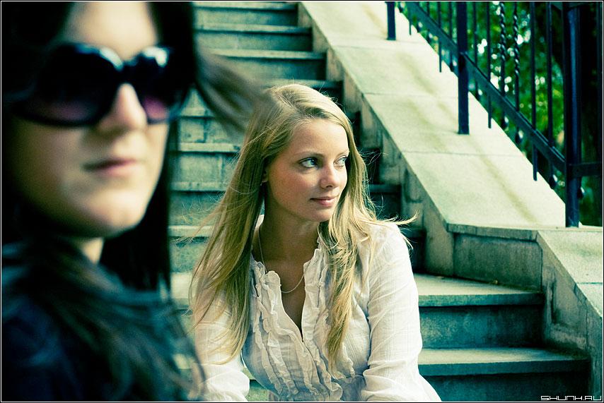 Они такие разные... - фотопрогулка девушки эрмитаж ступени портрет цвет фото фотосайт
