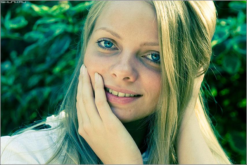 Загадочность - фотопрогулка портрет рука девушка цвет фото фотосайт