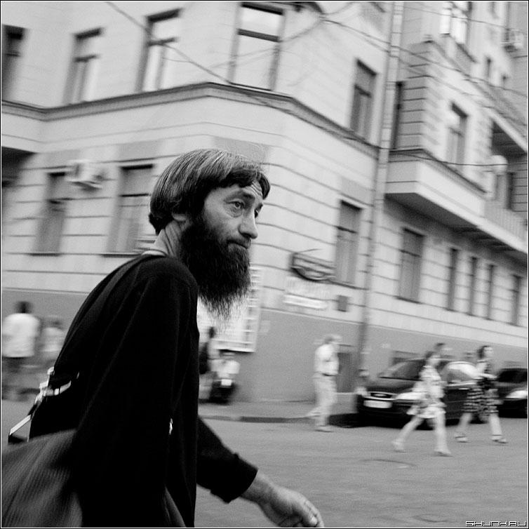 Спешка - квадрат чб человек борода портрет улица люди спешка фото фотосайт