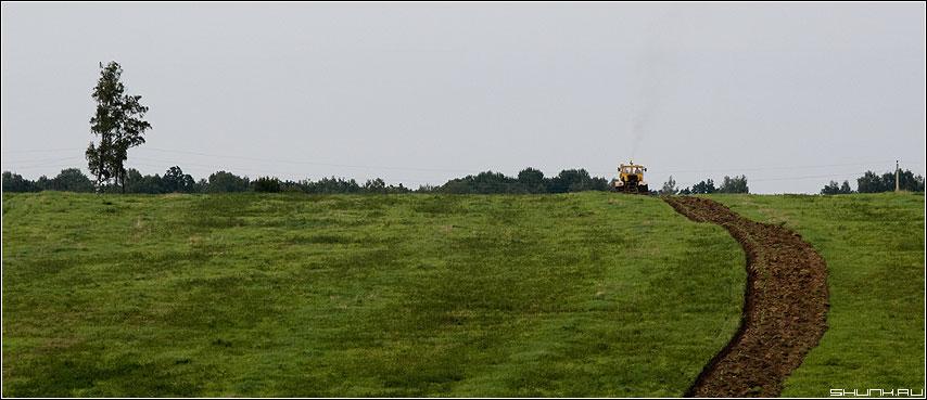 Увлекся... - трактор пашня поле деревня борозда фото фотосайт