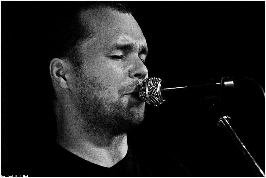 С концерта... - домкукол концерт солист микрофон чернобелая фото фотосайт