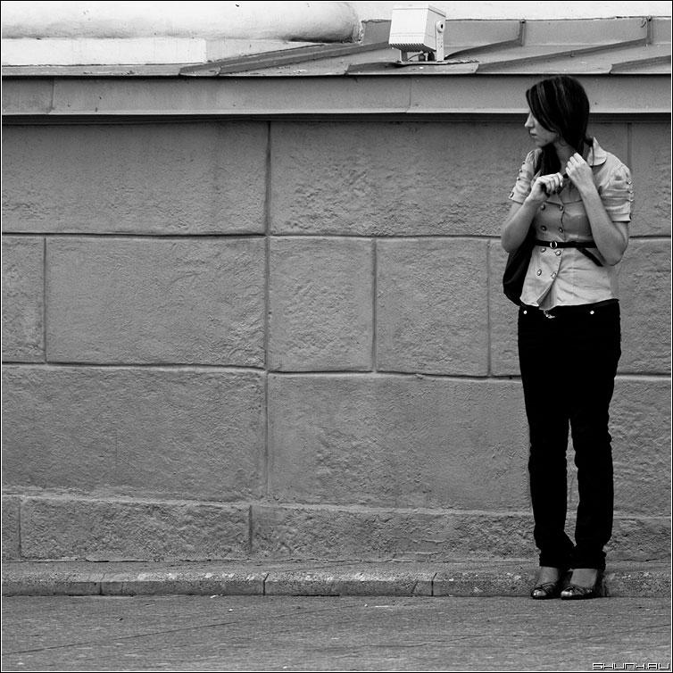 Не пришел. Переживает. - девушка квадрат чб переживание рука волосы фото фотосайт