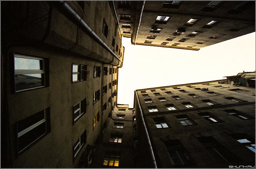 Питер больше чем в 2 раза меньше чем Москва - двор небо дом 17-40 пленка kodak фото фотосайт