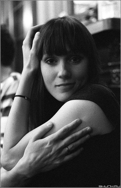 Жена друга - портрет девушка руки ilford 3200 iso зерно фото фотосайт