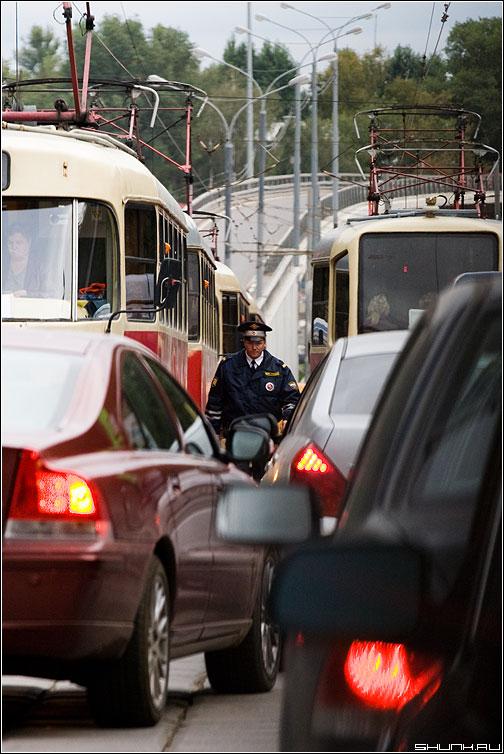 Гроза нарушителей.. - пробка милиционег гаишник случай дорога авто вольво фото фотосайт
