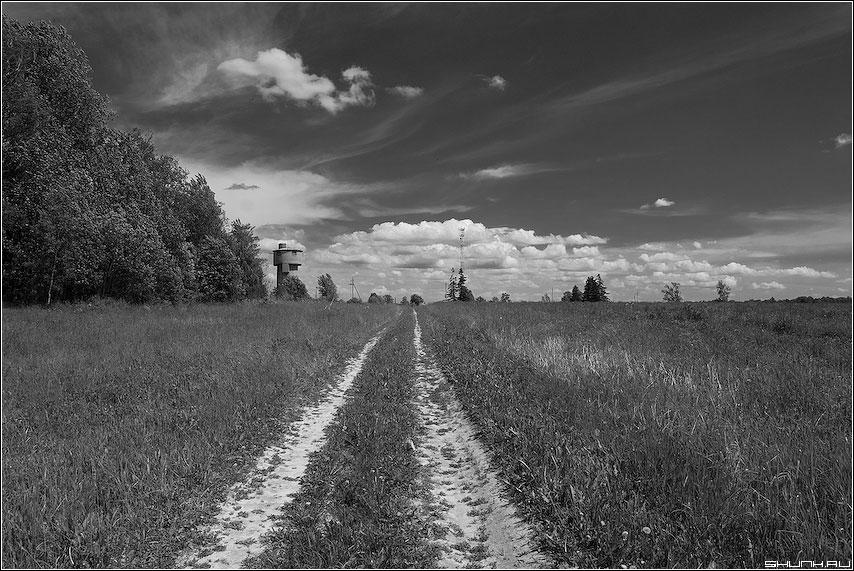 Когда дорога уходит в небо - чернобелая небо red фильтр дорога башня поле лес фото фотосайт