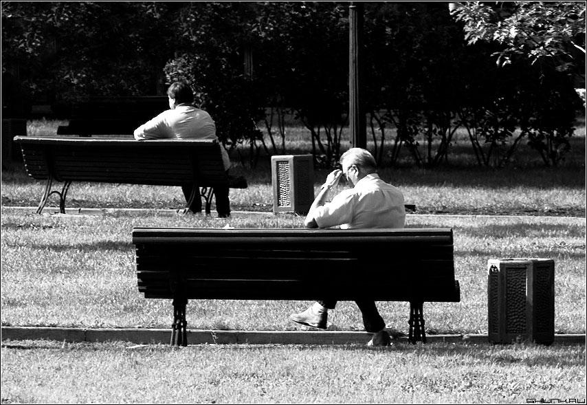 Передышка - лавочки парк чернобелая мужики фото фотосайт