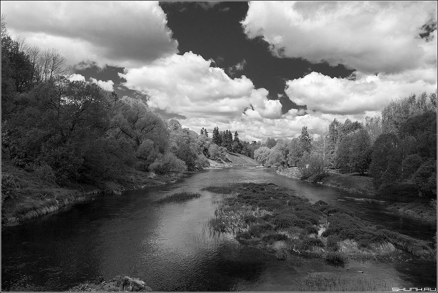 Над рекой Протва (чб вариант) - небо черно-белая верея деревня лето фото фотосайт