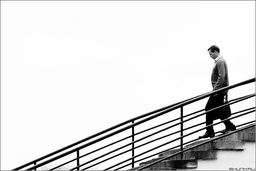 Вниз - мост черно-белая человек мужик фото фотосайт