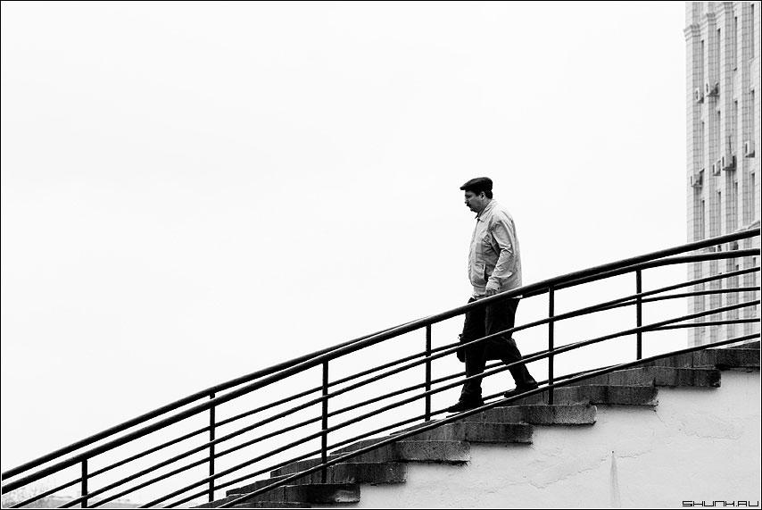 Вниз (вариант) - мост черно-белая человек мужик фото фотосайт