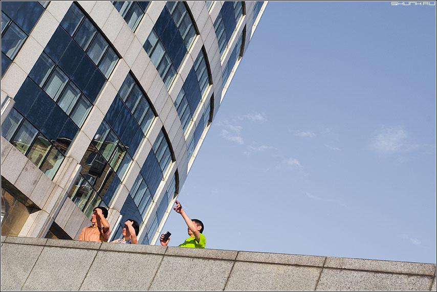 Гости столицы - небо люди здания отражение фото фотосайт