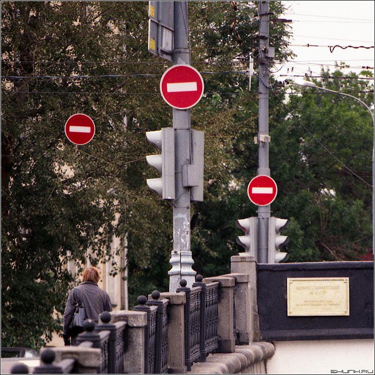 Туда лучше не надо... - мост москва знак кирпич квадрат фото фотосайт