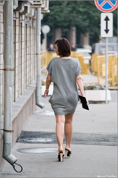 ...не оглянулся ли я? - девушка женщина улица водосток знак фото фотосайт