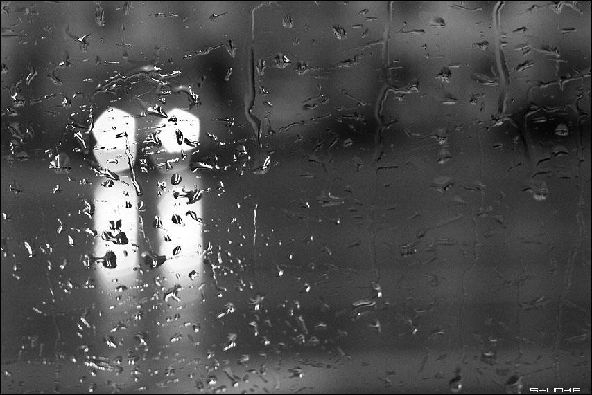 дождь чёрно-белое фото