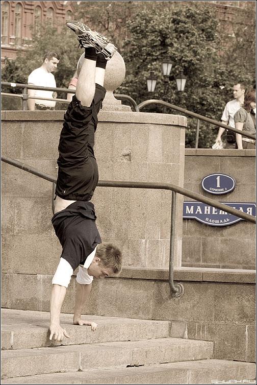 Не будь как все! - манежка площадь манежная парень руки наоборот ступени лестница фото фотосайт