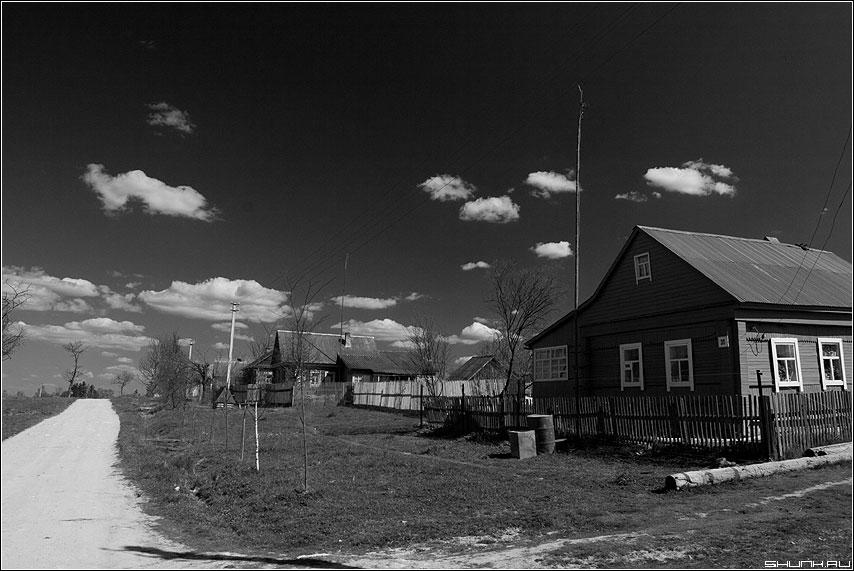Вот мой дом родной - черно-белая крюково деревня небо фильтр дорога фото фотосайт