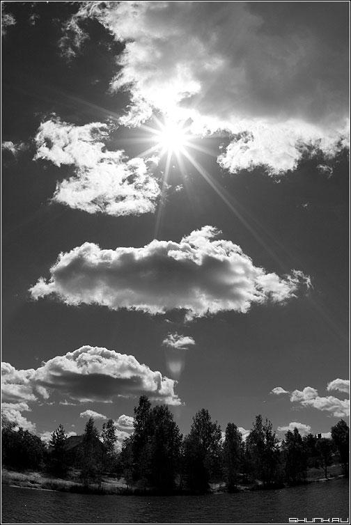 Про солнышко - небо черно-белая солнце лучи оптика фото фотосайт