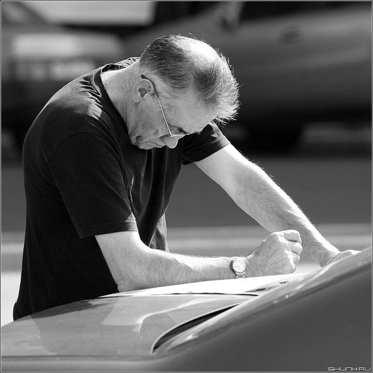 Мысли - черно-белая квадрат мужчина карта багажник город фото фотосайт
