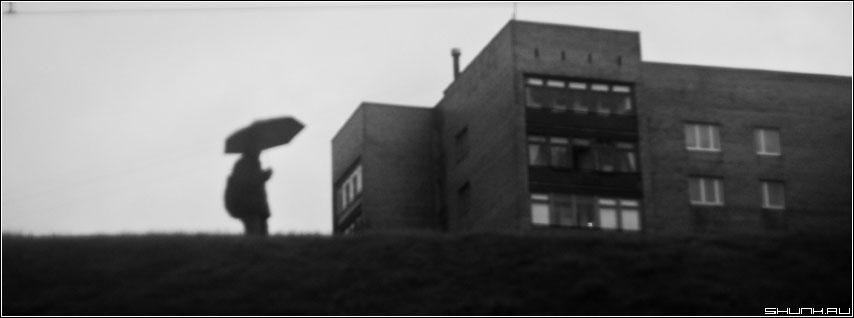Про дождь - черно-белая дом зонт дождь склон фото фотосайт