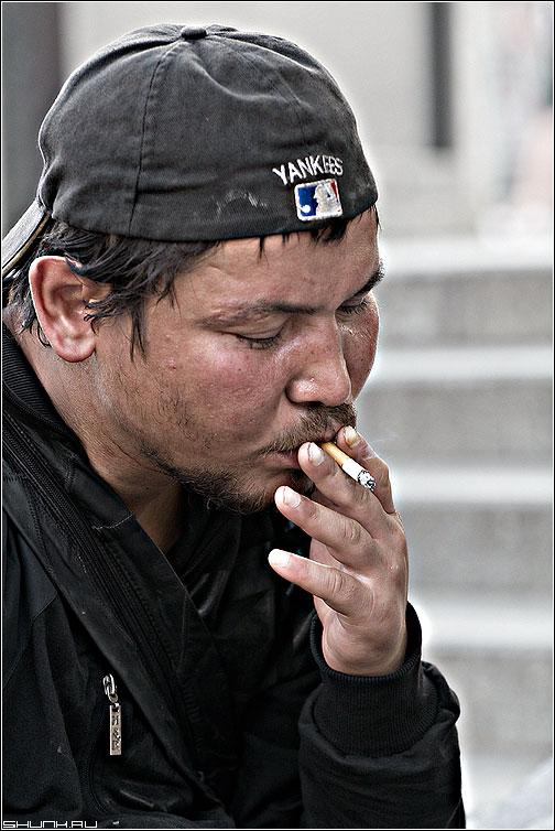 YANKERS - бомж манежка площадь портрет сигарета окурок фото фотосайт