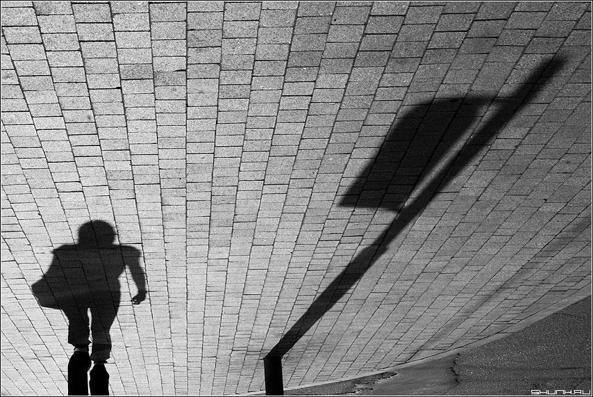 Неба утреннего стяг, в жизни важен первый шаг! - брусчатка тени столб человек черно-белая фото фотосайт