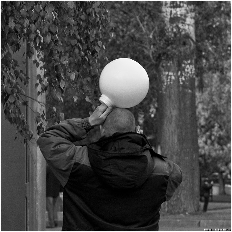 Марсианин - шлем космонафт курьез мужик черно-белая фото фотосайт