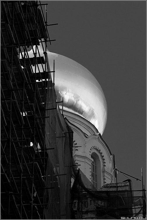 Н.Л.О. - купол храм каретный большой черно-белая стройка леса фото фотосайт