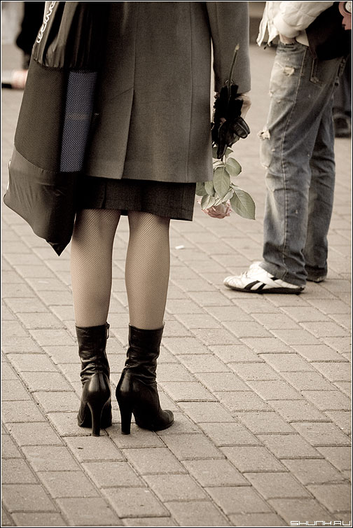 Не ему. Ей. - роза девушка ноги сапоги парень он кросовки встреча брусчатка aged фото фотосайт