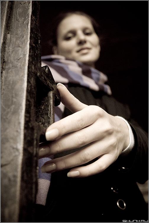 Застенчивость - kate фотопрогулка улица рука ворота пальцы фото фотосайт