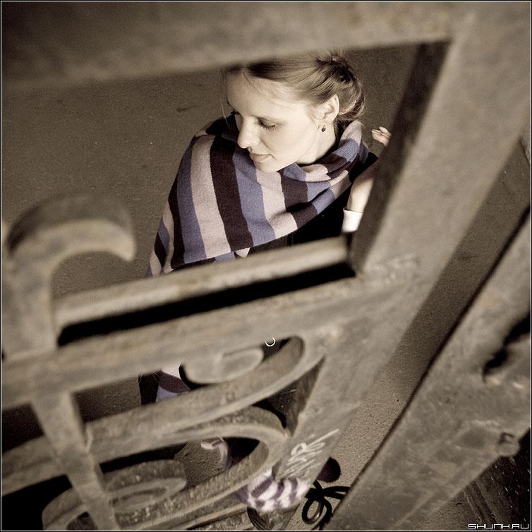 За вратами - kate фотопрогулка улица портрет ворота кованные рестницы фото фотосайт