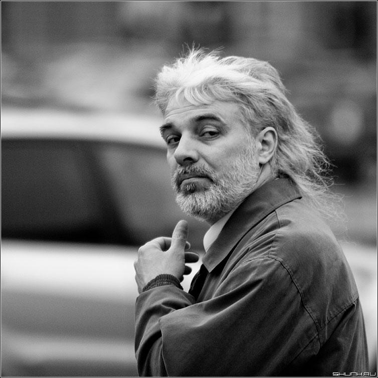 Случайный - портрет мужчина седой седина черно-белая улица квадрат фото фотосайт